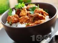 Пържени пилешки хапки с доматен сос и ориз в тенджера или дълбок тиган